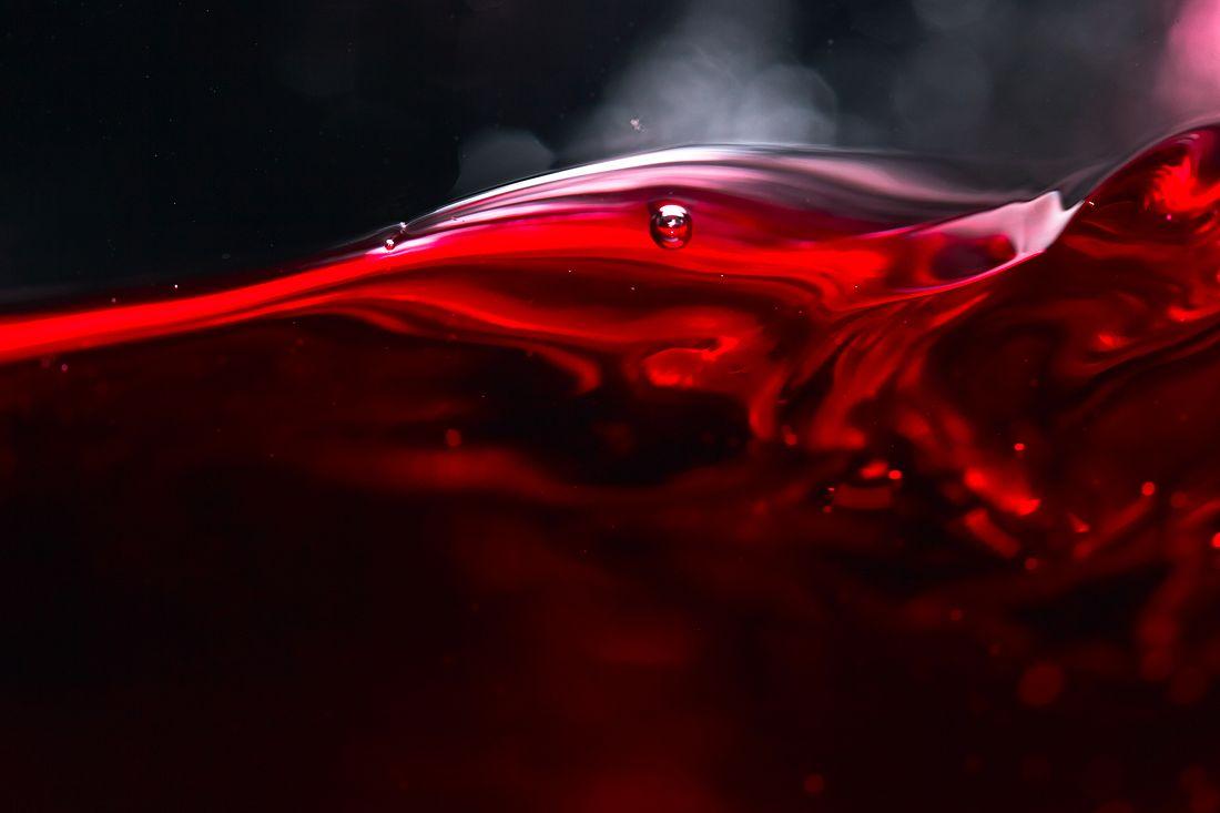 Rotwein vor schwarzem Hintergrund