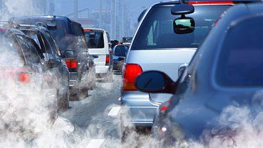 Feinstaubbelastung durch Autoabgase  - Foto: iStock / ssuaphoto