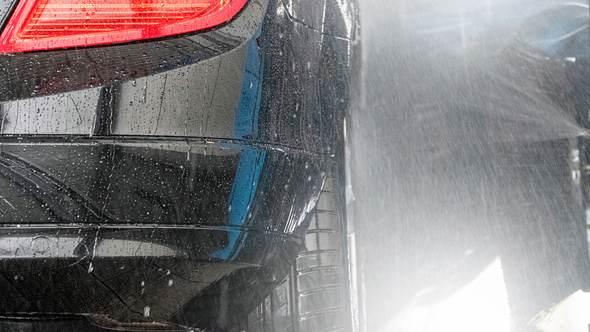 Ein Auto wird mit Felgenbürste gereinigt - Foto: iStock/deepblue4you