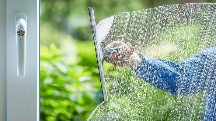 Ein Spritzer davon ins Wasser und du hast keine Probleme mehr beim Fensterputzen