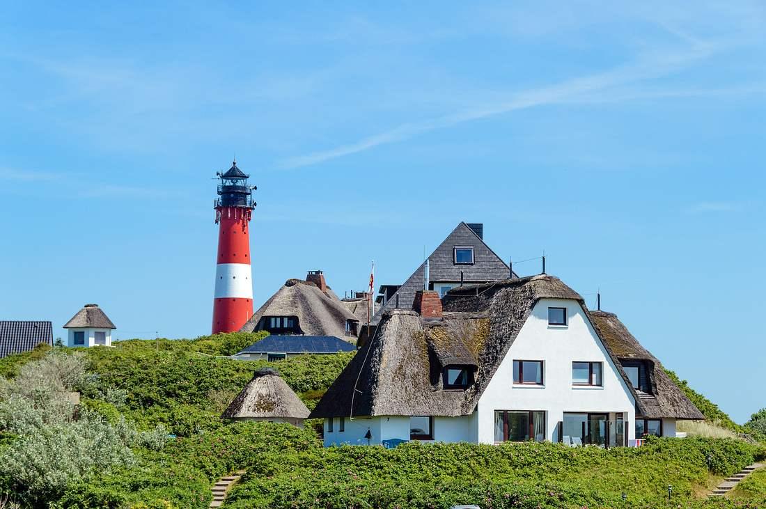 Leuchtturm und Reetdachhaus auf Sylt