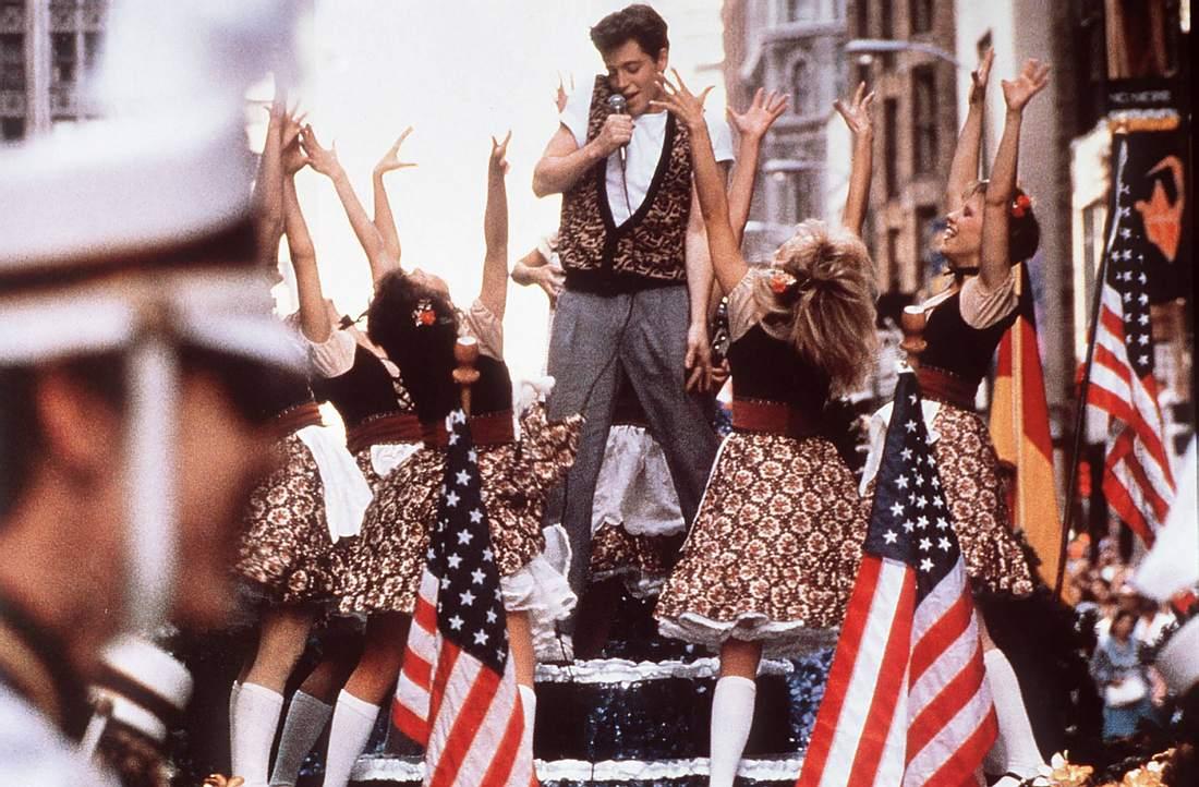 Ferris Bueller singend auf einem Paradewagen