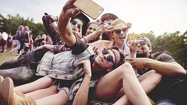 Junge Menschen beim Sommerfestival - Foto: iStock / gpointstudio
