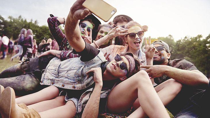 Junge Menschen beim Sommerfestival
