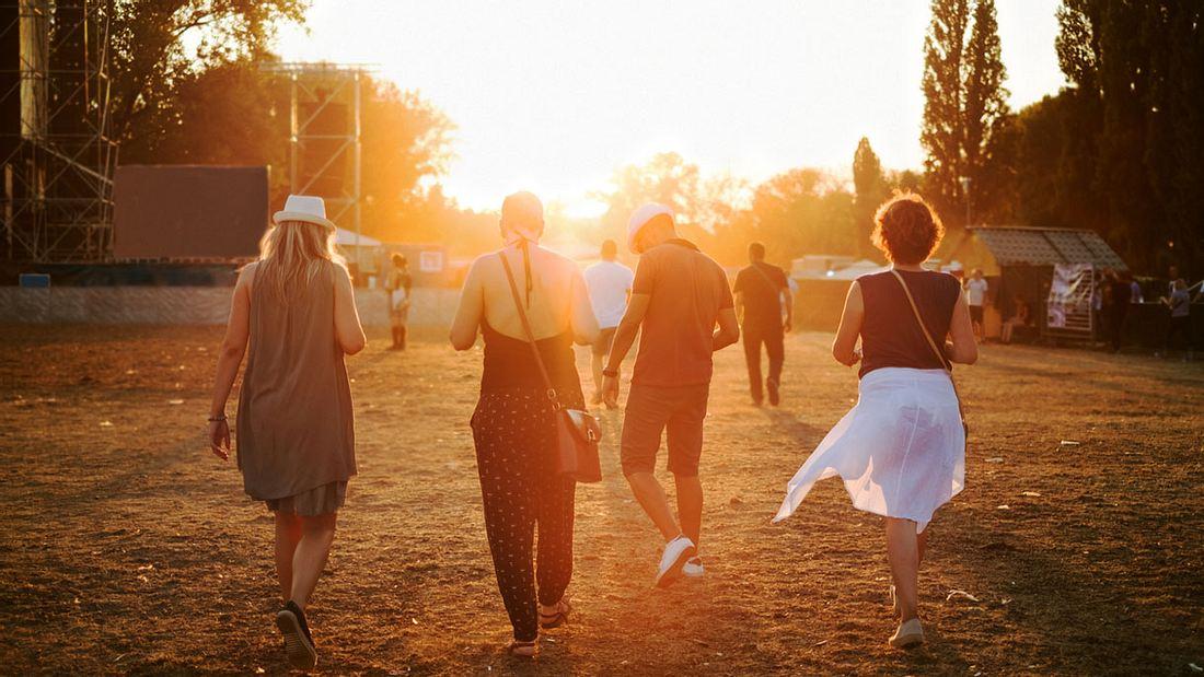 Festival-Stimmung beim Sonnenuntergang
