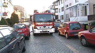 Dass die Feuerwehr nicht unbedingt zimperlich mit falsch geparkten Autos umgeht, zeigt ein YouTube-Video - Foto: YouTube / NonstopNewsChannel (Screenshot)