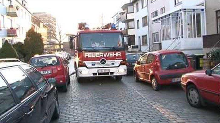 Dass die Feuerwehr nicht unbedingt zimperlich mit falsch geparkten Autos umgeht, zeigt ein YouTube-Video