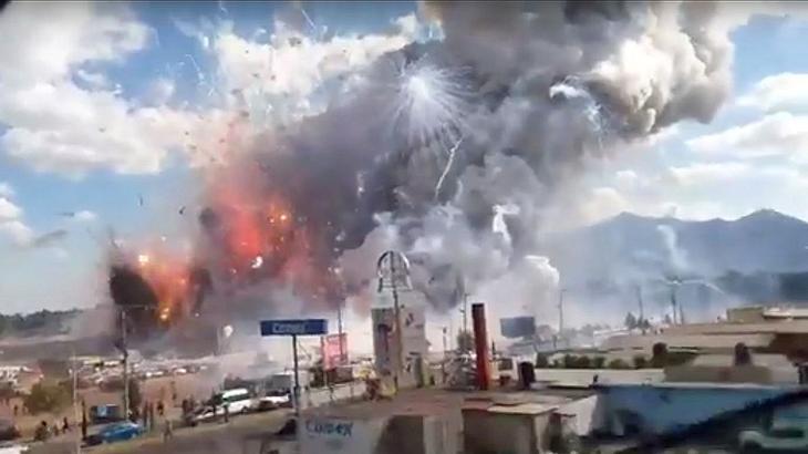 Bei mehreren heftigen Explosionen auf einem Pyrotechnik-Markt in Mexiko sind 29 Menschen ums Leben gekommen