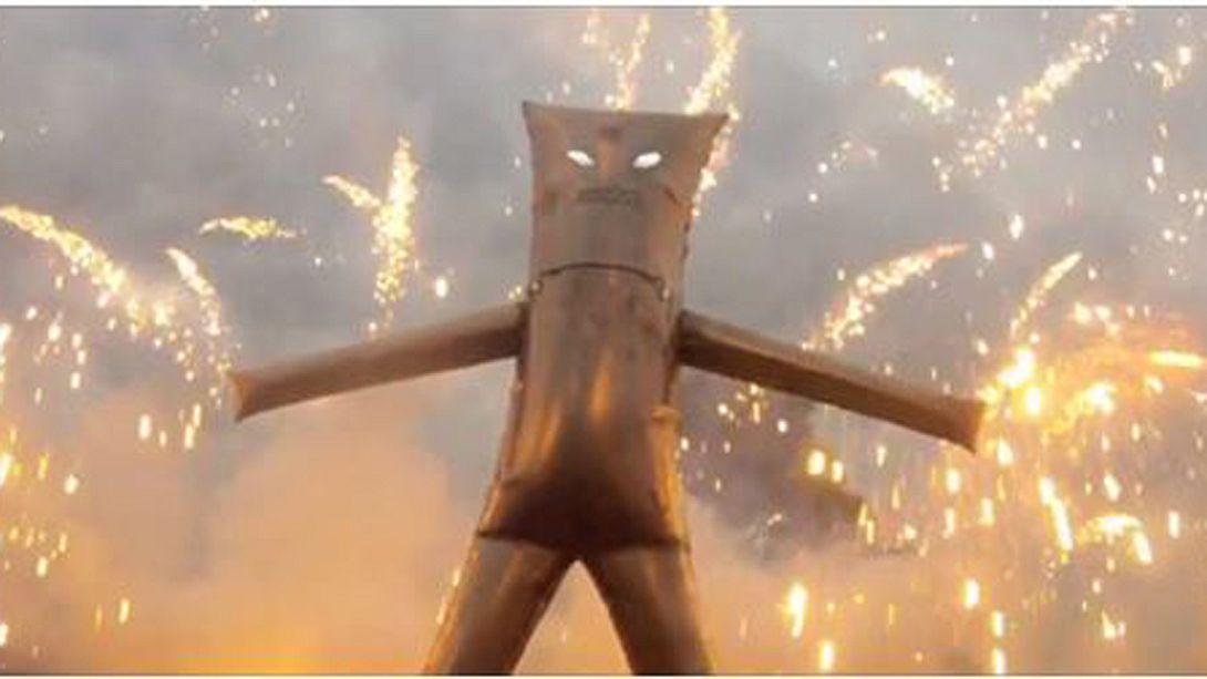Video: Feuerteufel tanzt inmitten eines Böller-Infernos - Foto: Screenshot YouTube/colinfurze