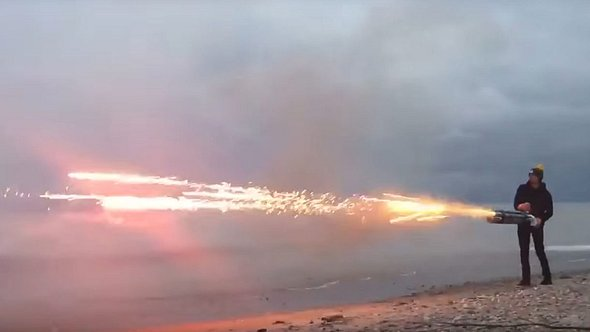 Feuer frei! Mann baut Raketenwerfer aus Böllern