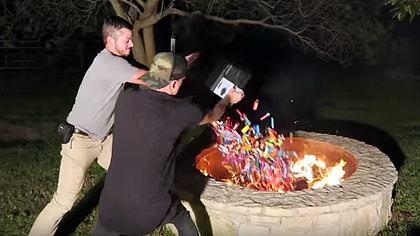Das passiert, wenn man 1.000 Feuerzeuge in ein Lagerfeuer schmeißt - Foto: YouTube/OffTheRanch