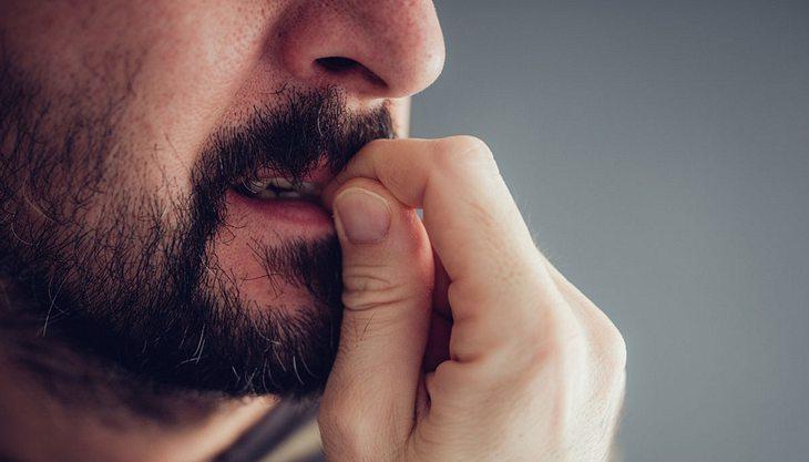 Fingernägel-Kauen: Ursachen und Behandlung