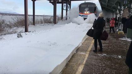 Schockgefrostet: Zug entfesselt gewaltigen Schnee-Tsunami