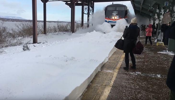 In New York wurden Wartende von eine Schneewand erfasst, die von einem einfahrenden Zug verursacht wurde
