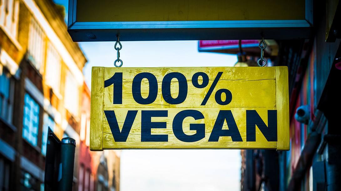 Schild mit der Aufschrift 100% VEGAN - Foto: iStock / coldsnowstorm
