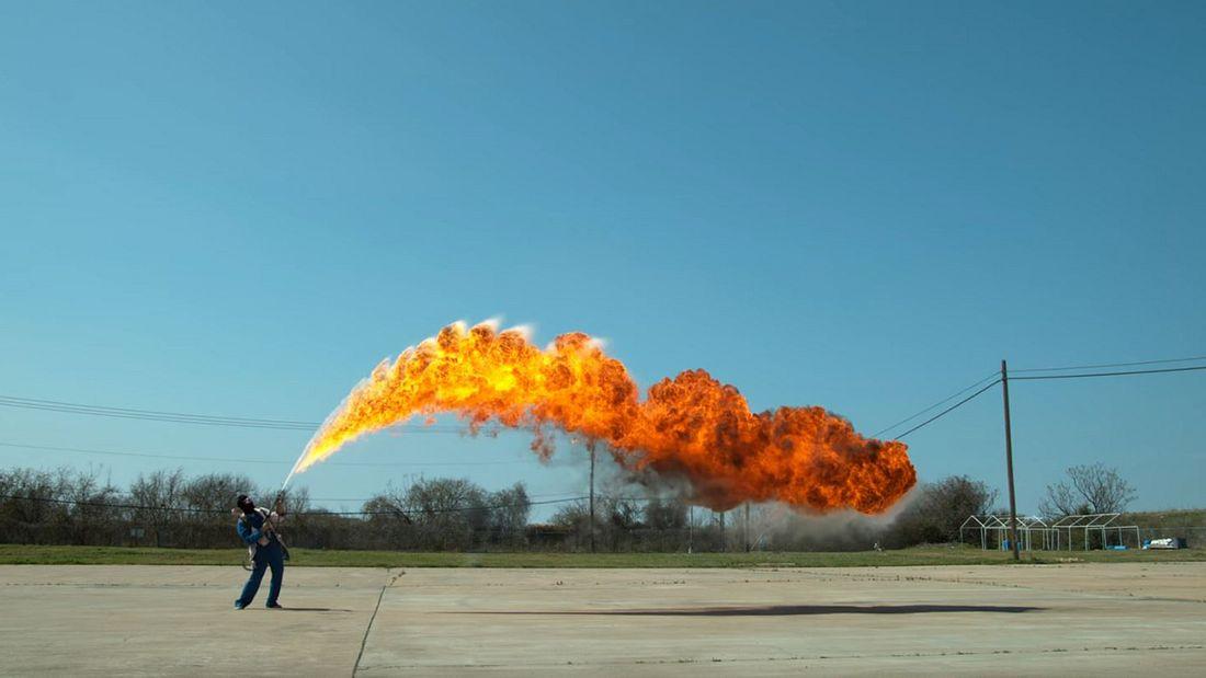 Ein Flammenwerfer wird in 4k-Slow-Motion aufgenommen