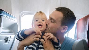 Fliegen mit Baby  - Foto: iStock / Demkat