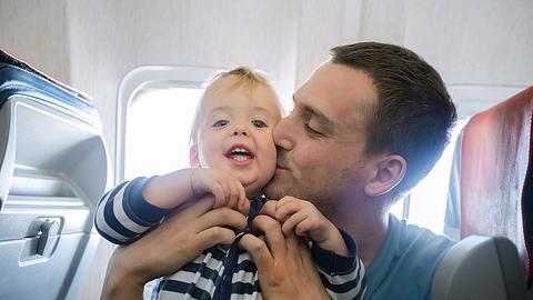 Fliegen mit Baby: Diese 5 Tipps sollten Väter unbedingt kennen