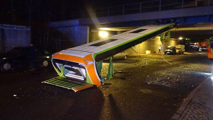 Brücke - Flixbus verliert Dach