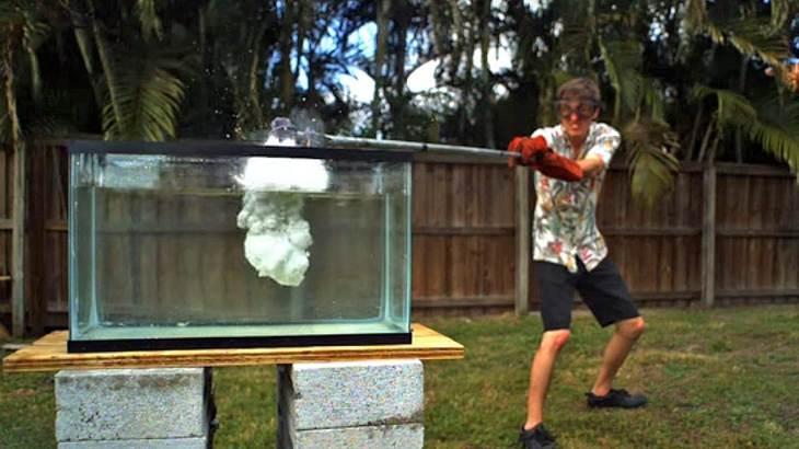 Das passiert, wenn man Flüssigsalz in ein Aquarium schüttet