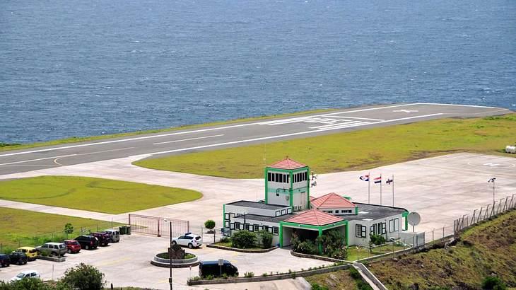 Dieser Flughafen gleich einem natürlichen Flugzeugträger