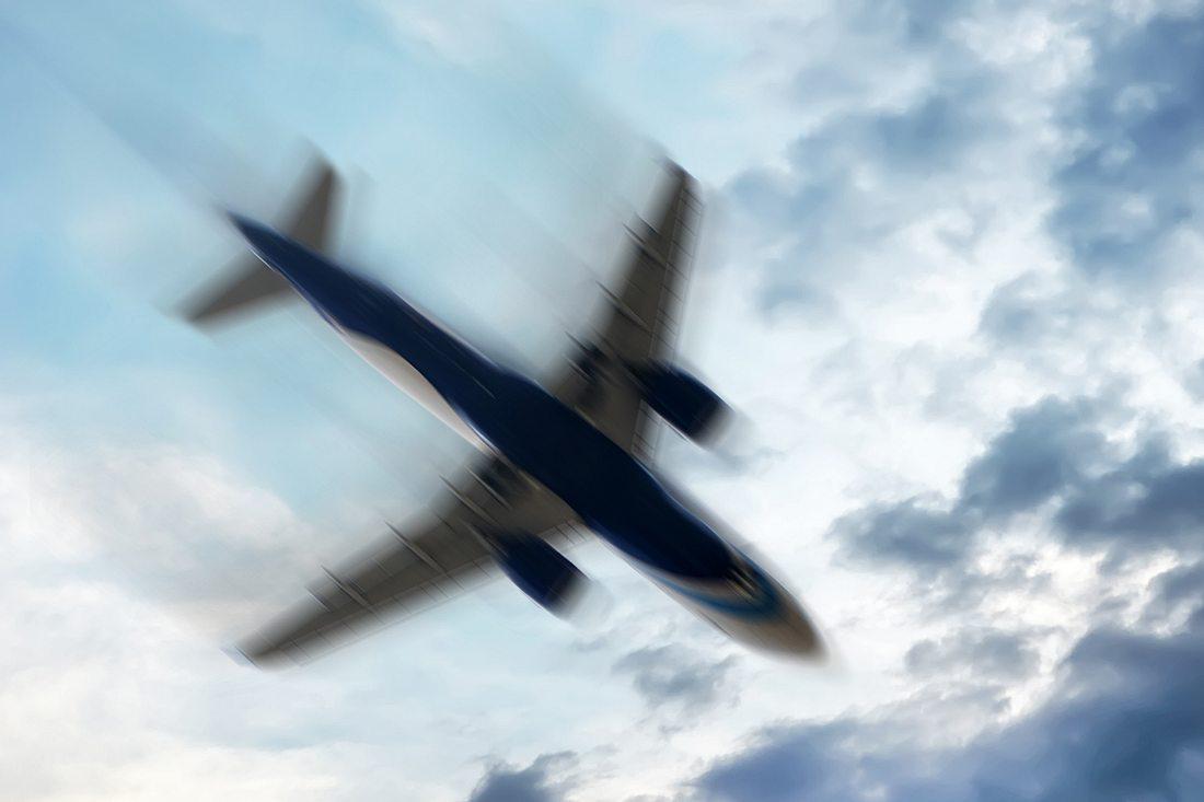 Flugzeug im Himmel unscharf dargestellt