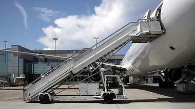 Warum der Flugzeug-Einstieg immer auf der linken Seite ist - Foto: iStock / kickers