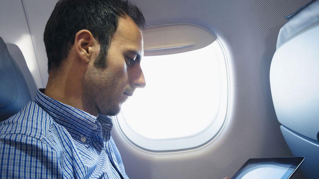 Während Start und Landung muss die Fensterblende im Flugzeug immer offen sein – aber warum ist das so?