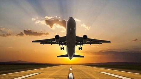 Warum wird im Flugzeug bei Start und Landung das Licht gedimmt? - Foto: istock / guvendemir