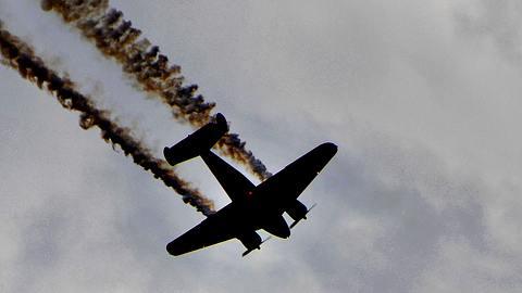 Übel: Flugzeug stürzt bei Flugschau vor Publikum ab - Foto: iStock / JRLPhotographer