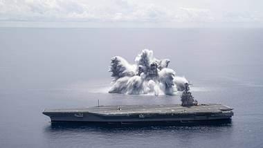 Mega-Explosion neben einem Flugzeugträger - Foto: IMAGO / Cover-Images
