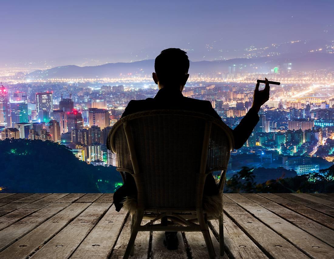 Mann mit Zigarre vor Panorama-Ausblick