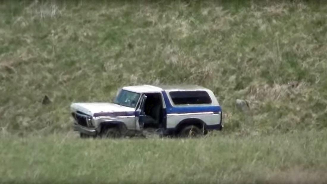 Ein Mann schießt auf einen Ford Bronco mit 14 Kilogramm Tannerite