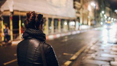 Frau allein auf dunkler Straße - Foto: iStock / lechatnoir