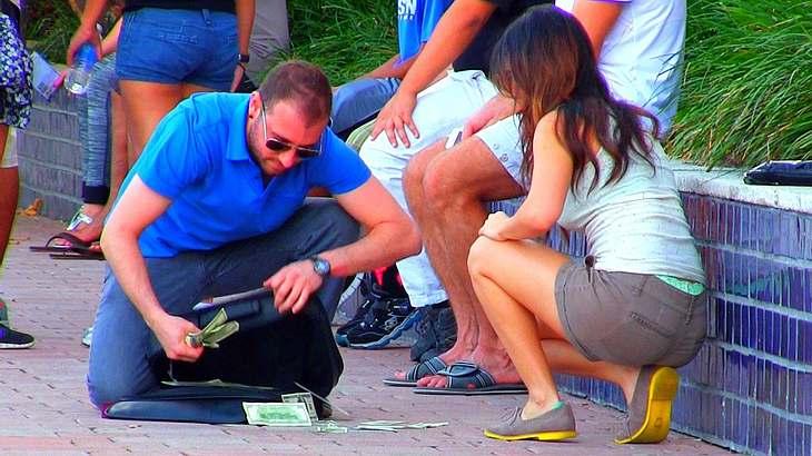 Eine Frau lässt einen Mann beim Flirten abblitzen. Dann verliert er sehr viel Geld.
