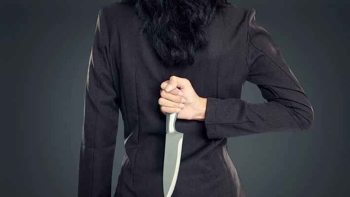 Frau mit Messer - Foto: iStock / ferlistockphoto
