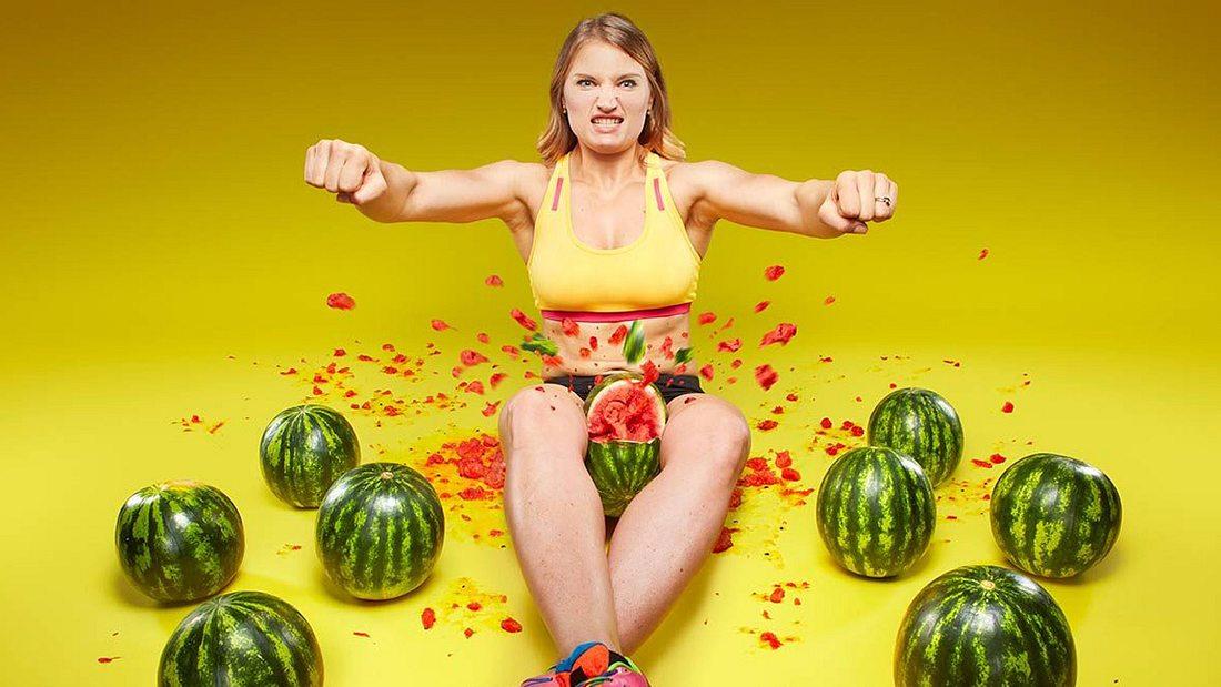 Weltrekord! Frau sprengt Wassermelonen zwischen Schenkeln