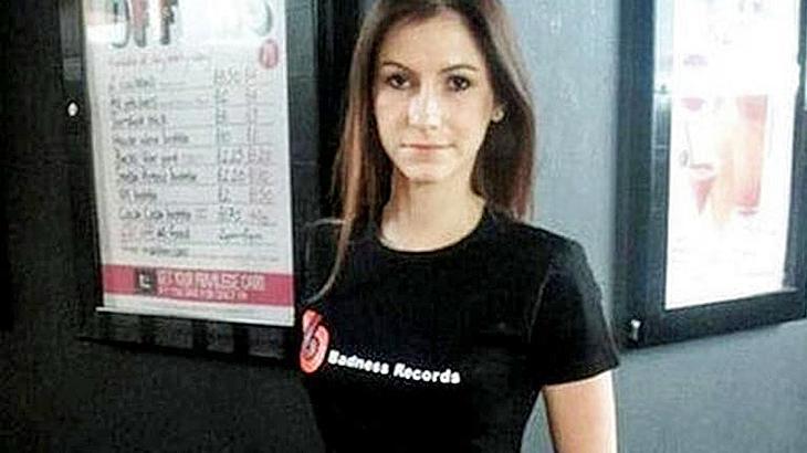 Dieses Foto zeigt eine Frau, die offenbar mit einem 50-Zentimeter-Penis ausgestattet ist
