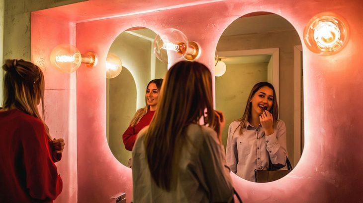 Zwei Frauen auf der Toilette