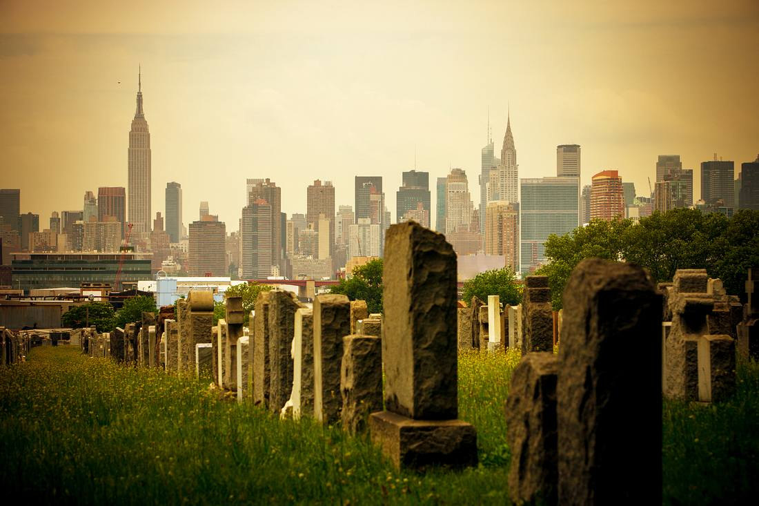 Friedhof mit New Yorker Skyline