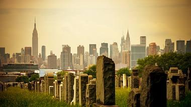 Friedhof mit New Yorker Skyline - Foto: iStock / anouchka