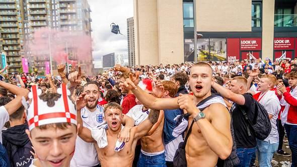 Englische Fußballfans vor dem Wembley-Stadion - Foto: IMAGO / Focus Images