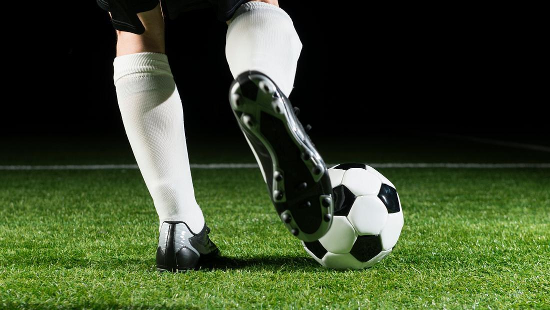 Fußballschuhe für Kunstrasen helfen in schwierigen Situationen