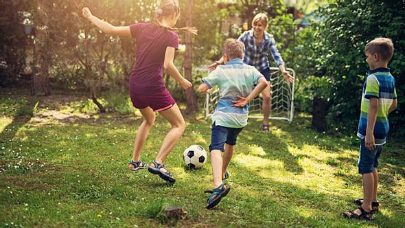 Fußballtor Kinder - Fußballtor Garten - Kleines Fußballtor  - Foto: iStock/Imgorthand
