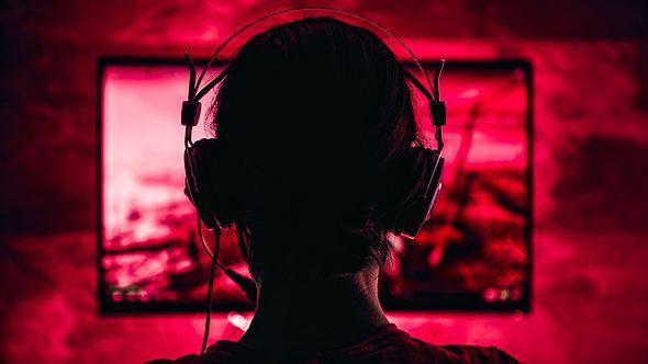Gamer spielt Videospiel - Foto: iStock / Kerkez