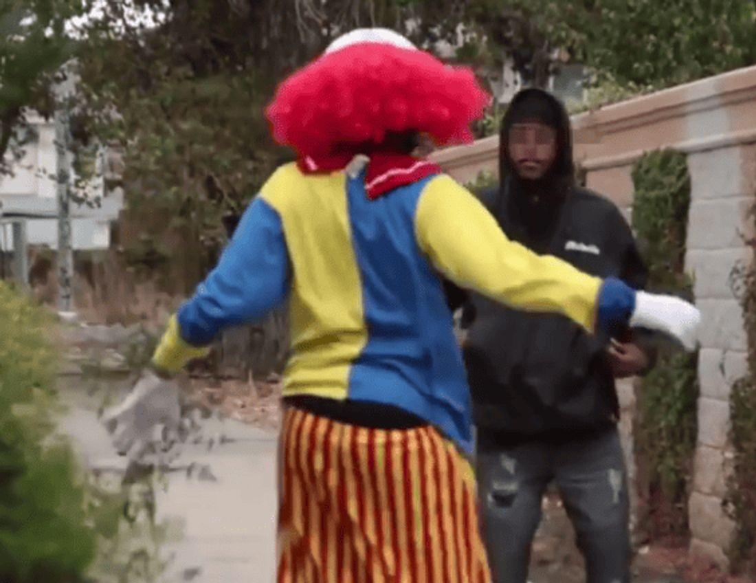 Ein US-Gangster verprügelt einen Horror-Clown mit einer Waffe