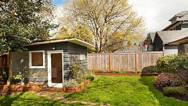 Gartenhaus mit Flachdach - Gartenhaus - Gartenschuppen - Foto: iStock/chuckcollier