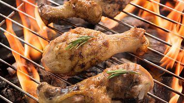 Gespickte Hähnchenschenken auf dem Grillfeuer - Foto: iStock/villagemoon