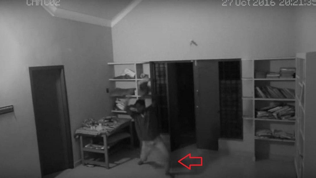 CCTV filmt: Wird hier ein Mann von einem geist attackiert?