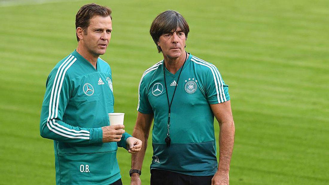 Oliver Bierhoff und Joachim Löw im Zwiegespräch. Der DFB bietet demnächst genderneutrale Toiletten an.